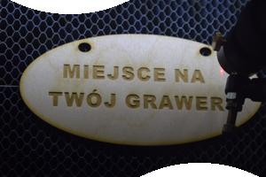 grawer na drewnie